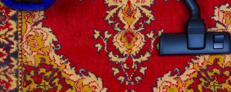 جارو برقی زدن قالی ها قبل از سپردن به قالیشویی